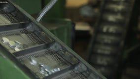 铝管的生产的圆的宿营在传动机被供应 股票录像