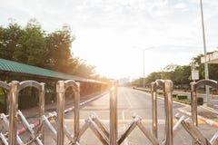 铝篱芭色泽它为关闭入口和出口使用在放 图库摄影