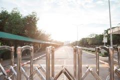 铝篱芭色泽它为关闭入口和出口使用在放 库存照片