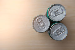 铝罐顶视图在小滴的在木头的水 免版税库存图片