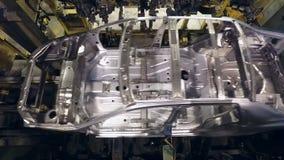 铝车身移动在传动机线,自动地生产在汽车厂 影视素材