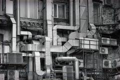 铝透气在工厂的老工厂厂房之外用管道输送,重造里面在一个现代办公室 投反对票 免版税库存照片