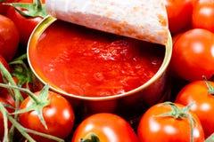 铝锡罐和蕃茄 库存图片