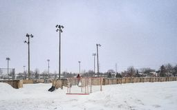 铲起外部溜冰场的人 免版税库存照片