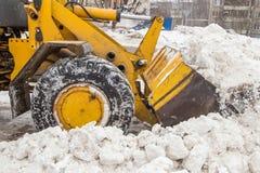 铲起雪的人们在以后大雪 免版税图库摄影