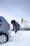 铲起雪的人释放陷进的汽车 库存图片
