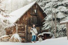 铲起雪的妇女在冬天 图库摄影