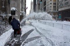 铲起雪风暴的人 图库摄影