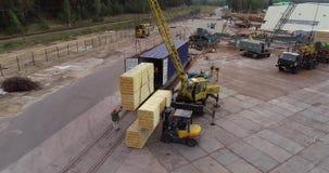 铲车在工厂运载一个木粱,货物的运输 工作过程在木材加工工厂 影视素材