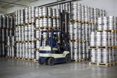 铲车装货啤酒小桶在储蓄啤酒厂Ochakovo 库存照片