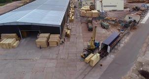 铲车运载一个木粱,有装载乘驾的一辆铲车通过工厂 影视素材
