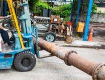 铲车移动的大钢管 免版税库存图片