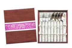 银器、银色叉子和匙子显示在箱子collec的 库存图片