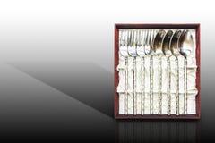 银器、银色叉子和匙子显示在箱子collec的 免版税库存图片