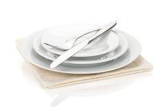 银器或扁平的餐具套叉子、匙子和刀子在板材 库存照片