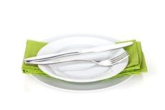 银器或扁平的餐具套叉子、匙子和刀子在板材 免版税库存图片