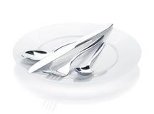 银器或扁平的餐具套叉子、匙子和刀子在板材 免版税库存照片