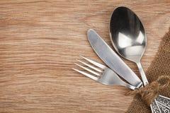 银器或扁平的餐具套叉子、匙子和刀子 库存图片