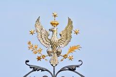 银在大学门上的被加冠的老鹰 库存照片