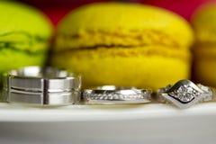 银婚圆环和定婚戒指和蛋白杏仁饼干 库存图片