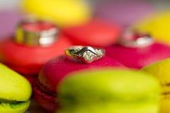 银婚圆环和定婚戒指在蛋白杏仁饼干 库存图片