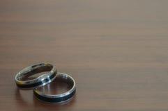银婚在一张木桌,概念恋人上敲响 库存照片