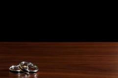 银婚在一张木桌,概念恋人上敲响 免版税库存照片