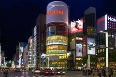 银座区在东京在夜之前,日本 免版税库存图片