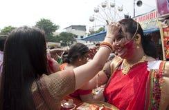 银朱的戏剧(Sindur khela)在durga puja期间 免版税库存图片