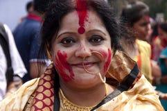 银朱的戏剧(Sindur khela)在durga puja期间 免版税库存照片