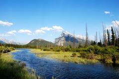 银朱的湖和登上Rundle在春天,加拿大人罗基斯,加拿大 免版税库存照片