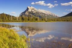 银朱的湖和登上Rundle,班夫NP,加拿大 免版税库存图片