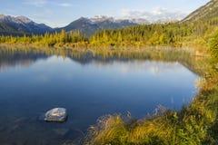 银朱的湖和Mt. Bourgeau 图库摄影