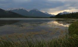 银朱的湖日落反射 免版税库存照片
