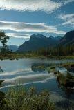 银朱的湖,班夫亚伯大加拿大。 库存照片