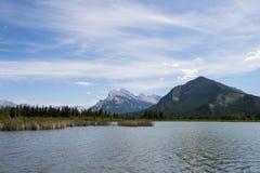 银朱的湖 库存图片