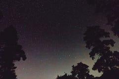 银河、树星和剪影在山的 背景美好的图象安装横向晚上照片表使用 库存图片