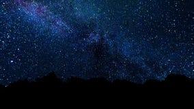 银河、足迹移动横跨夜空的星星系和星 与星和银河的抽象夜空背景 库存例证
