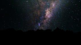 银河、足迹移动横跨夜空的星星系和星 与星和银河的抽象夜空背景 皇族释放例证
