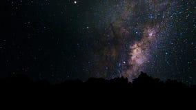 银河、足迹移动横跨夜空的星星系和星 与星和银河的抽象夜空背景 向量例证