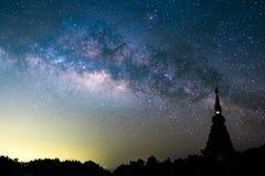 银河上升在剪影塔在泰国 长的曝光照片 库存照片
