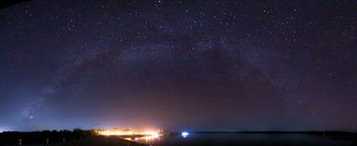 银河上升在水坝在泰国 免版税图库摄影