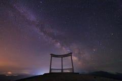 银河和一座纪念碑在山 免版税库存图片