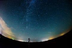 银河和满天星斗的天空与云彩 免版税库存照片