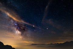 银河和满天星斗的天空的五颜六色的发光的核心夺取了在高处在意大利阿尔卑斯,托里诺的夏令时 库存图片