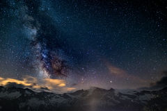 银河和满天星斗的天空的五颜六色的发光的核心夺取了在高处在意大利阿尔卑斯,托里诺的夏令时 免版税库存照片