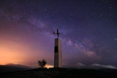 银河和paroplane纪念碑在山在克里米亚 库存图片