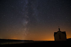 银河在明亮的星背景中在夜空的 库存照片