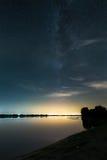 银河在湖边 库存照片