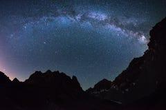 银河弧和满天星斗的天空的卓著的秀丽夺取了在高处在意大利阿尔卑斯,托里诺的夏令时 图库摄影